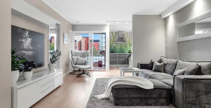 Stuen har flere møbleringsmuligheter med god plass til sofamøblement, tv-møbel og spisestue.