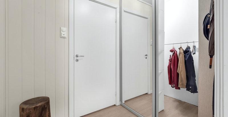 Det er romslig garderobeløsning i direkte tilknytning til entreen med god lagringsplass til yttertøy og sko.