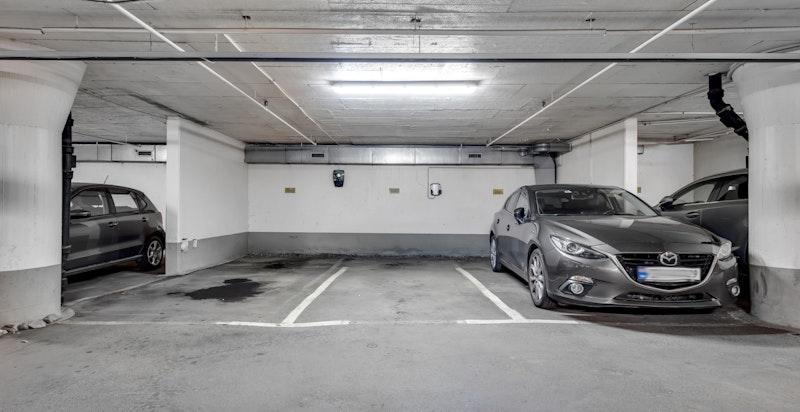 Det medfølger garasjeplass med elbil-lader.