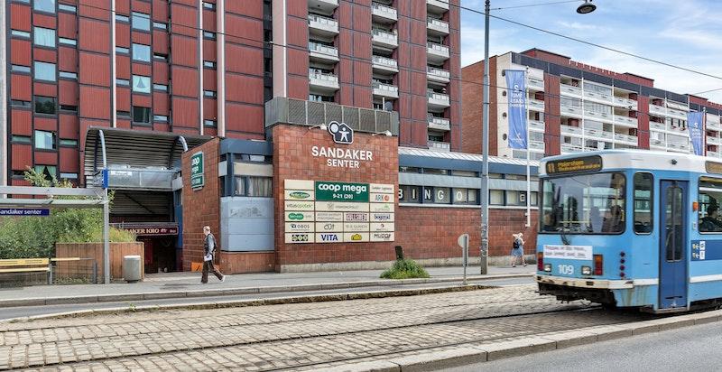 Sandaker Senter ligger rett nedenfor boligen med dagligvare, vinmonopol, apotek, m.m. Her er også trikk- og bussholdeplass.