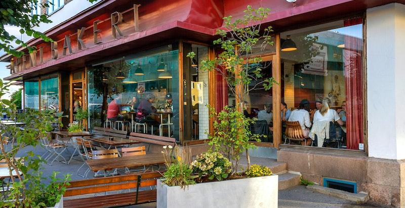 Området har et godt utvalg av restauranter, serveringssteder, barer, m.m.