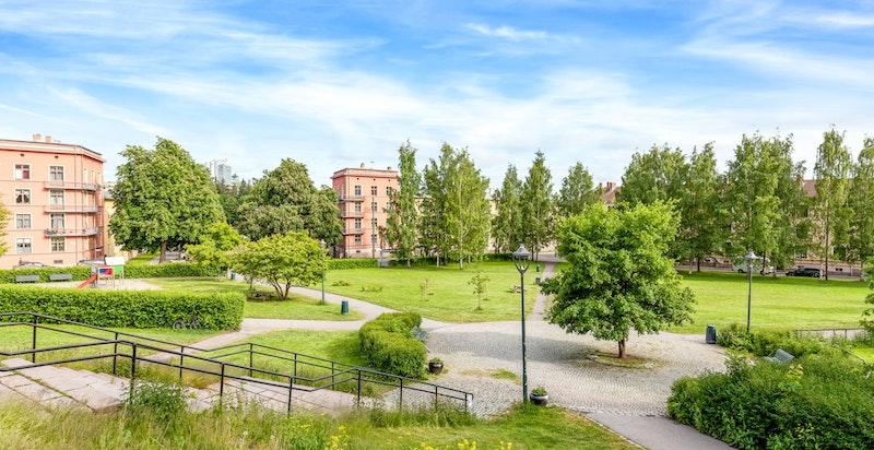 Torshov Kirkepark ligger rett over gaten fra boligen.