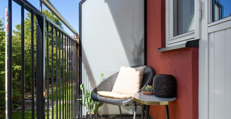 Balkong med utsikt mot vakker bakgårdshage