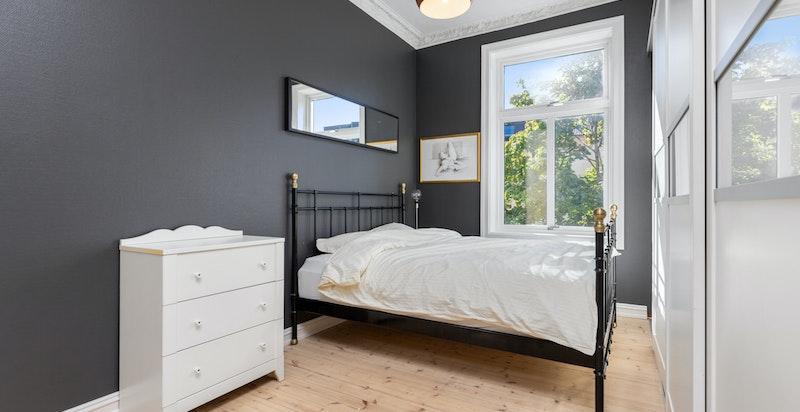 Soverom med rikelig av garderobeplass
