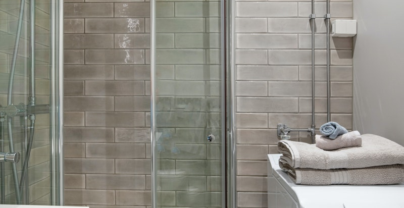 Meget pent flislagt bad fra 2018 med dusj, vegghengt wc og opplegg for vaskemaskin