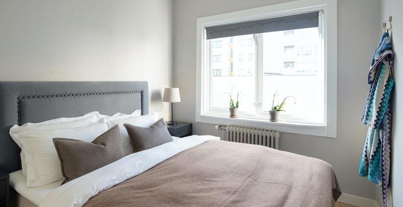 Soverommet har godt med garderobeplass og det er stille og rolig mot bakgård