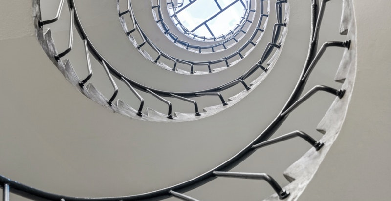 Flott trapp med overlysvindu i oppgangen