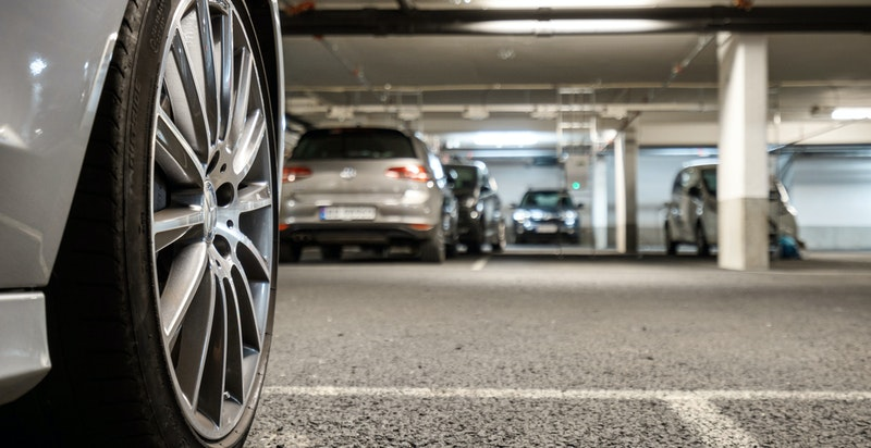 Det medfølger 1 stk garasjeplass i felles parkeringsanlegg under bygget