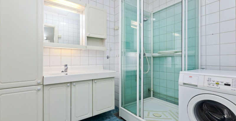 Dusjbadet har også plass til vaskemaskin.