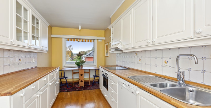 Kjøkkenet er romslig med stort vindu som gir godt med dagslys.