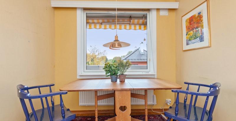 Kjøkkenet har plass til et større spisebord.