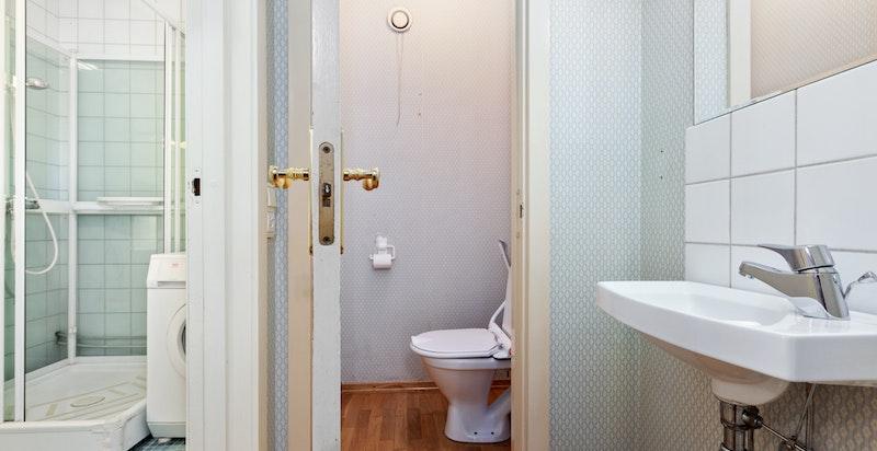 I badet er det et separat toalett.