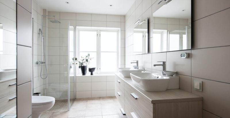 Leiligheten har to flotte baderom. Hovedbadet er av nyere dato og det foreligger dokumentasjon på arbeidene (se egenerklæring i prospekt)