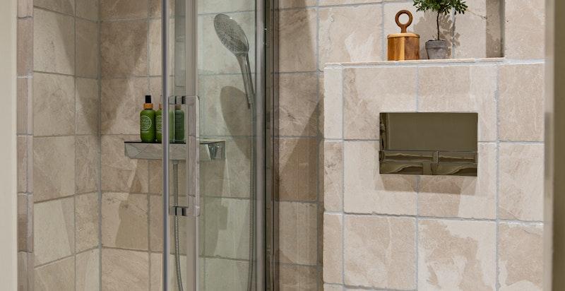 Pent flislagt bad med vegghengt wc og dusjnisje