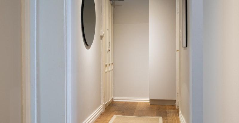 hallen har egen garderobenisje og det er god kontakt mellom rommene