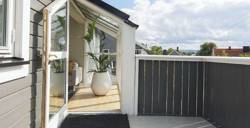 Fra stuen er det utgang til en herlig terrasse.