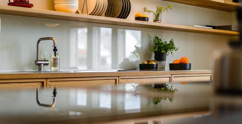Det er lagt stor vekt på funksjonelle løsninger nårkjøkkeninnredningen ble bygget med bl. a. praktiske sokkelskuffer for oppbevaring.