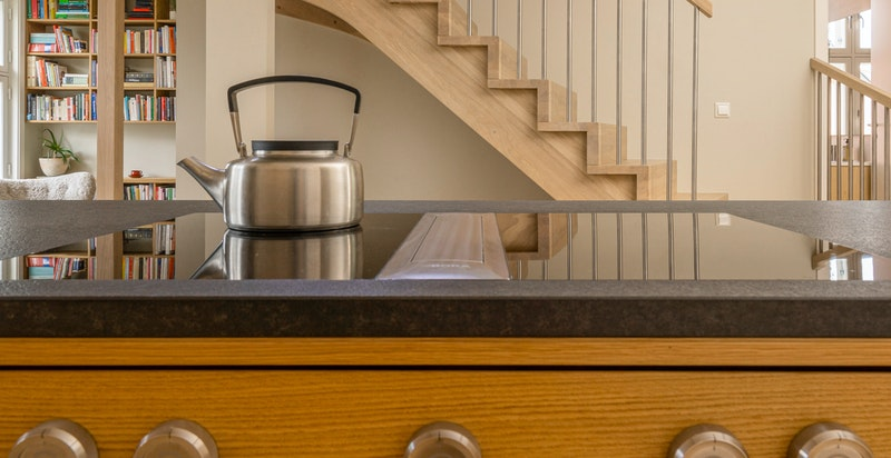 Kjøkkenøya har BORA Professional 2.0 platetopp med nedfelt benkeventilator og sonefri induksjon.
