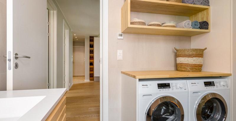 Det er opplegg for vaskemaskin og tørketrommel, samt plassbygde hyller på baderommet.