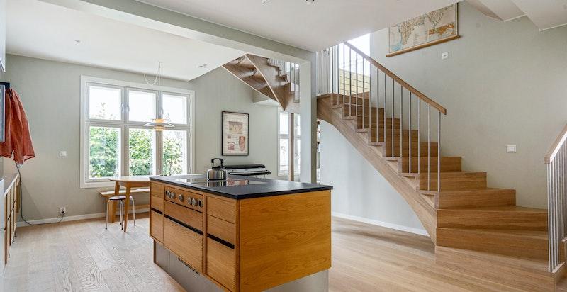 Kjøkkenøya er leilighetens hjerte, og sikrer godt med lagringsplass.