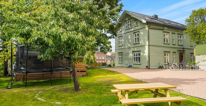 Området rundt Villa Bolt blir pent beplantet og ferdigstilles neste år. Området rundt trampolinen er solgt til Oslo kommune og vil bli en del av skolegården til Bolteløkka skole i fremtiden.