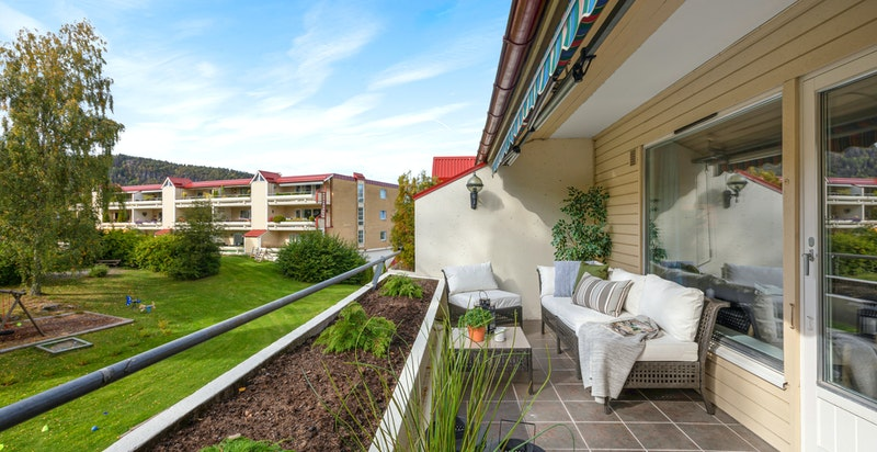 Fra stuen er det utgang til terrasse på ca. 12 kvm som har flislagt gulv