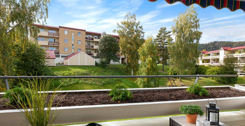 Terrassen har karakteristisk blomsterkasse i betong
