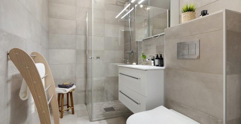 Det er elektriske varmekabler på badet. Opplegg til vaskemaskin og tørketrømmel.