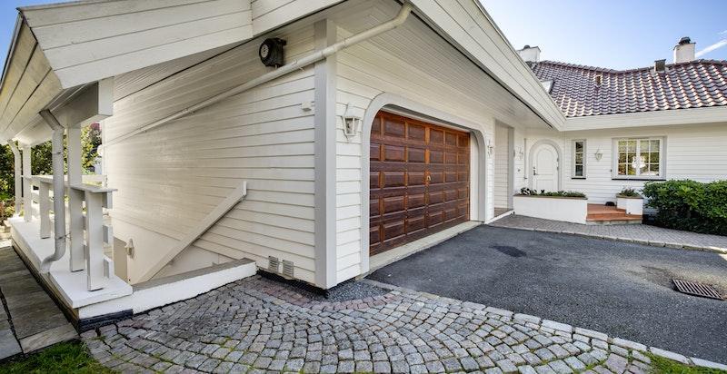 Adskilt inngang til utleiedel på baksiden av garasjen
