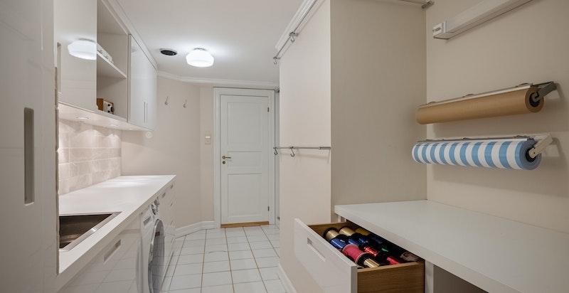 Praktisk og velutstyrt vaskerom oppgradert 2012. Eget tørkeskap og pakkestasjon.