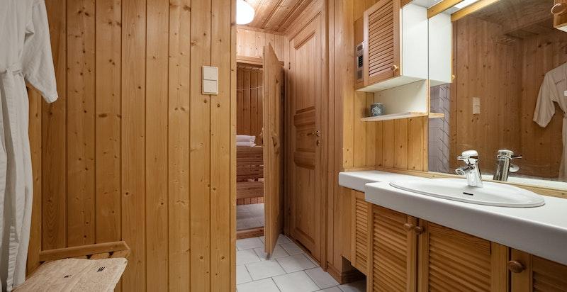 Dusjbad tilknyttet separat wc og badstue