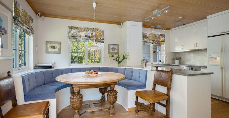 Hyggelig spiseplass med plassbygget benk