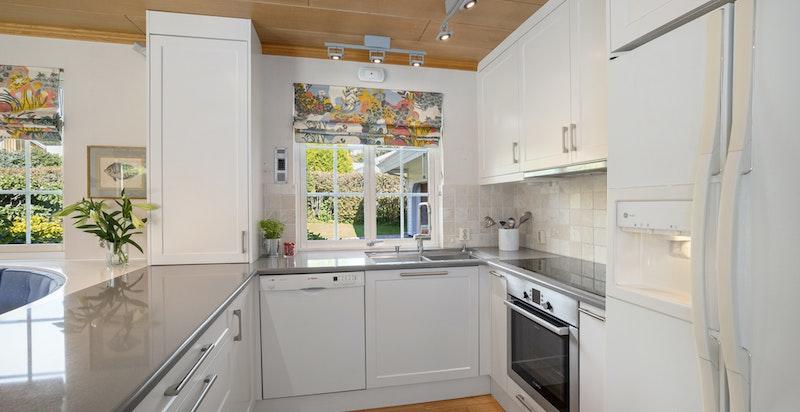 Kjøkken med snekkerbygget innredning fra Elen (2012), komplett utstyrt med hvitevarer