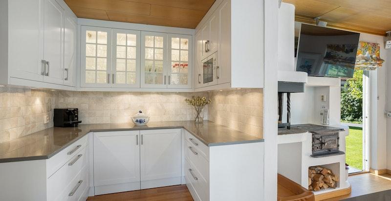 Kjøkkenet har eget kjølerom