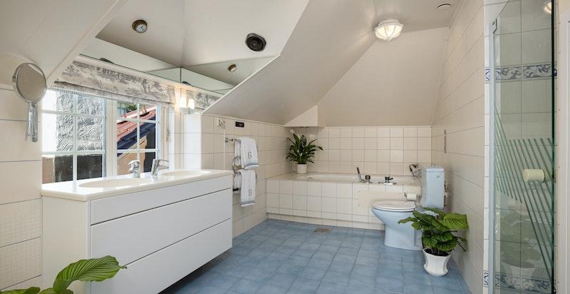 Hovedbad med innnmurt badekar, hjørnedusj og baderomsinnredning fra Elen