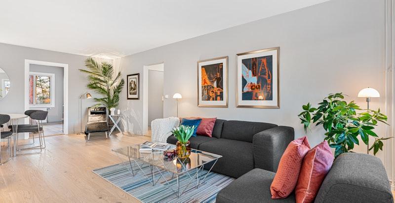 Stor stue/spisestue med god plass til både sittegruppe og spisebord