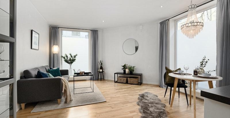Stue/spiseplass. Hjørneleilighet med god takhøyde og store vindusflater