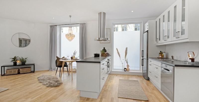 Spiseplass med mulighet for langbord og sosialt kjøkken med stor kjøkkenøy