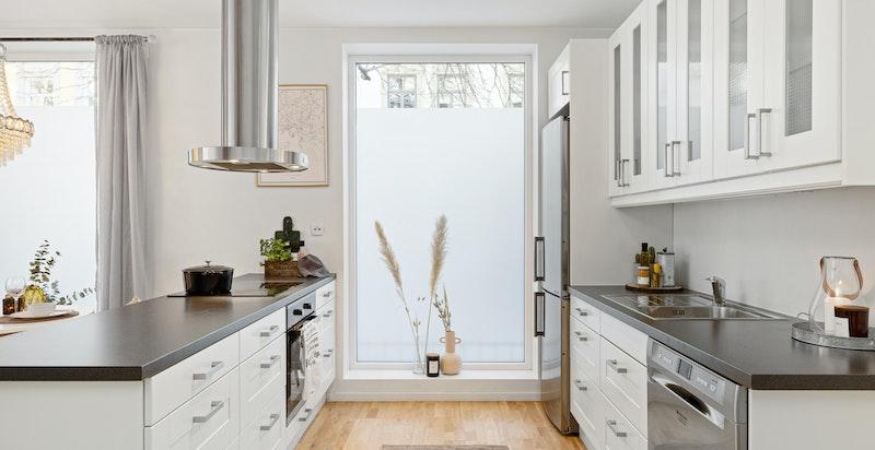 Moderne kjøkkken komplett utstyrt med hvitevarer