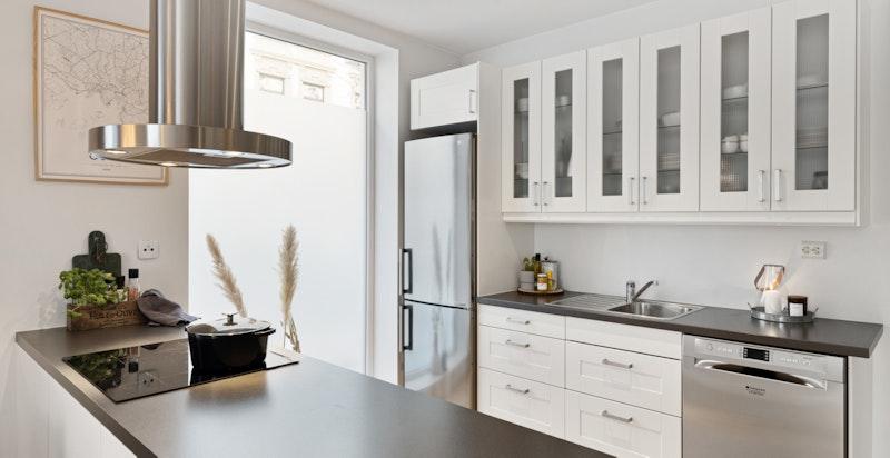 God plass til flere på kjøkkenet samtidig og godt med oppbevaringsplass