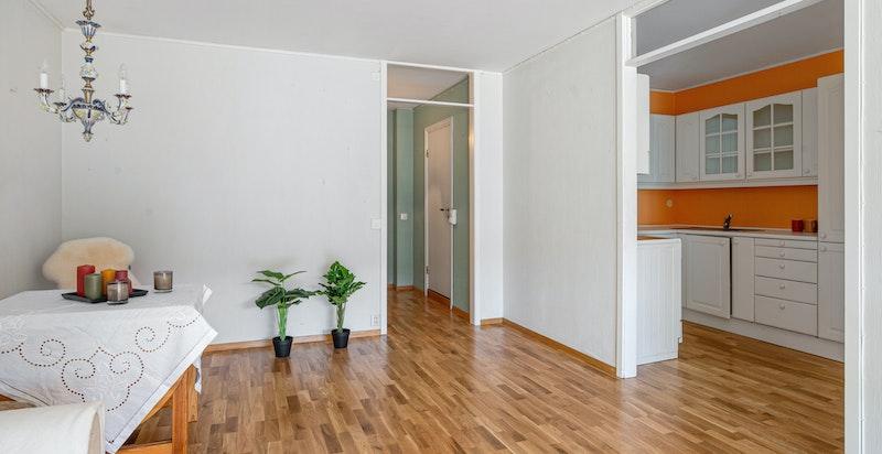 Stue med halvåpen kjøkkenløsning. Mulig å åpne opp for en mer moderne løsning (lettvegger).