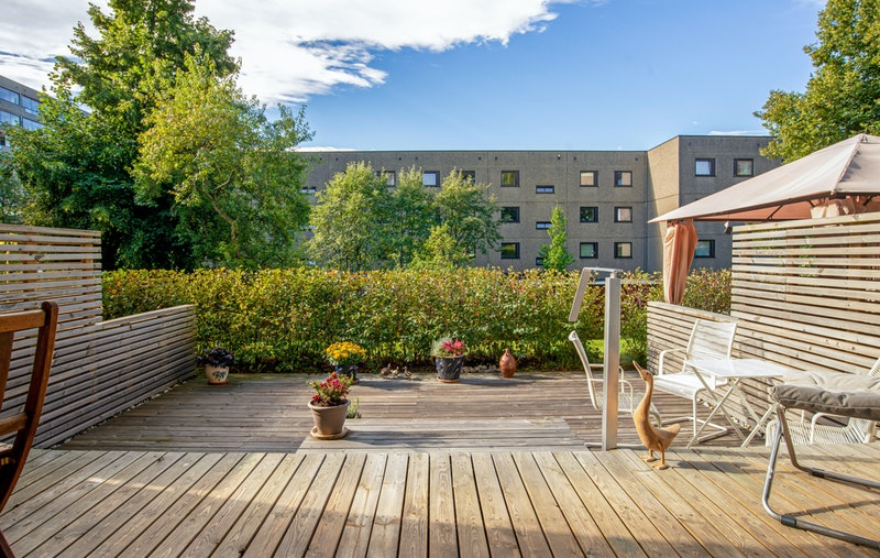 Flotte solforhold på stor - ca. 34 kvm. - sørvestv. terrasse. God plass til både spisegruppe, grill og lounge.