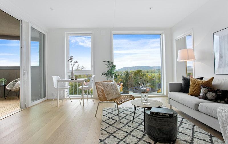 Lys, luftig stue med flott utsikt