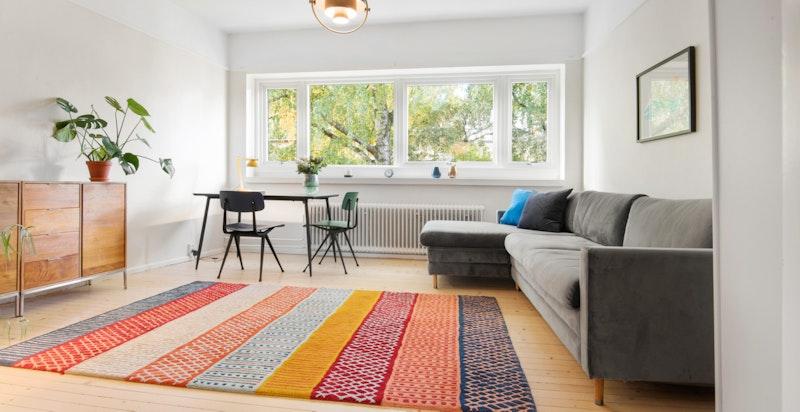 Hyggelig stue med store vindusflater