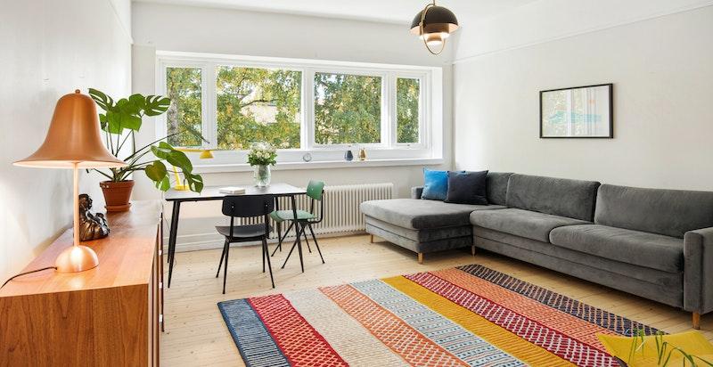 De store vindusflatene på begge sider av leiligheten gir et åpent og trivelig preg