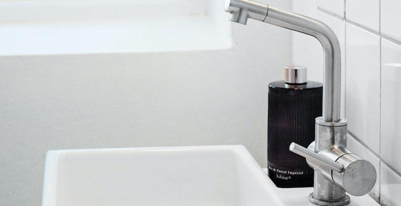 Nyere servantinnredning på badet, for øvrig er det moderniseringsbehov