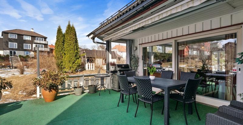 Terrasse utenfor leiligheten i underetasjen