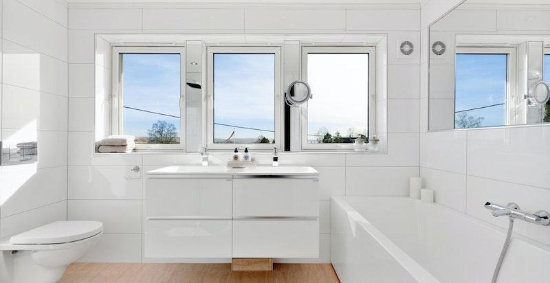 Lekkert, stort bad med både badekar og dusj
