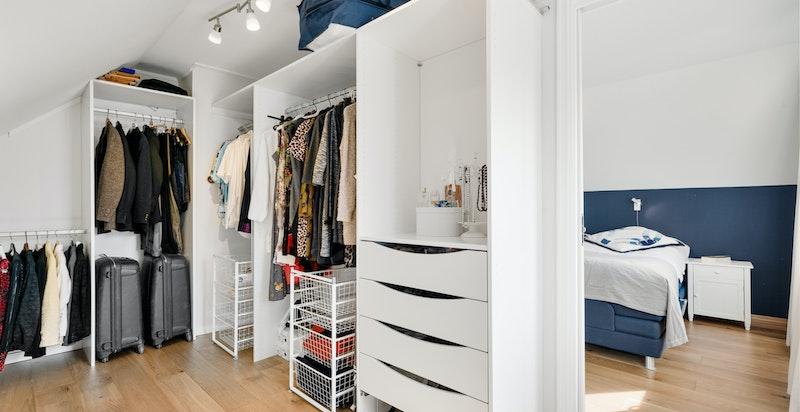 Walk-in-garderobe innenfor hovedsoverom