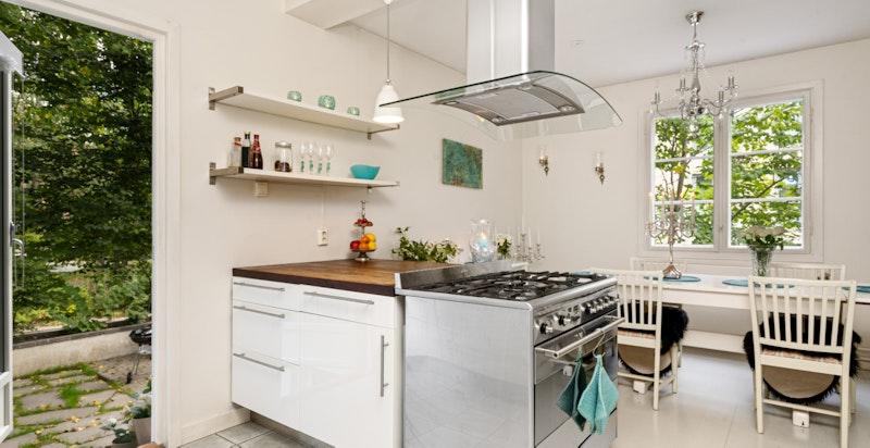Fra kjøkkenet har du direkte utgang til en koselig terrasseplatting bak med morgensol.